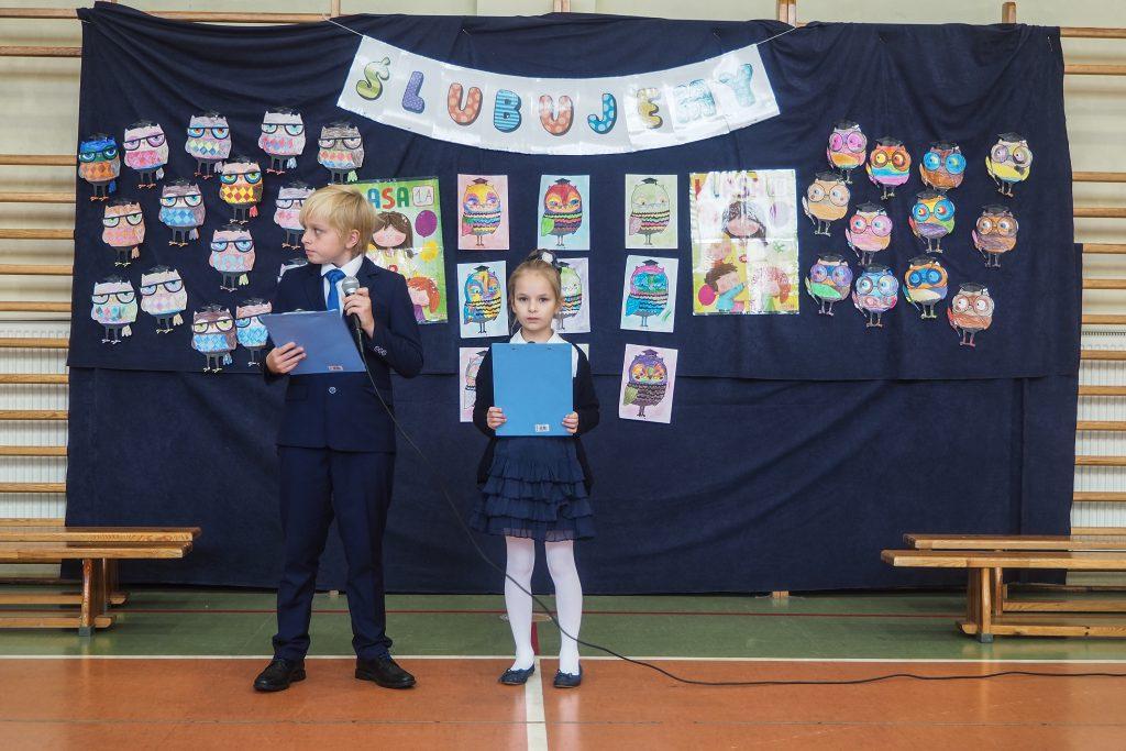 Zdjęcia przedstawiają przemawiającą Panią Dyrektor Joannę Arciszewską oraz uczniów prowadzących uroczystość.