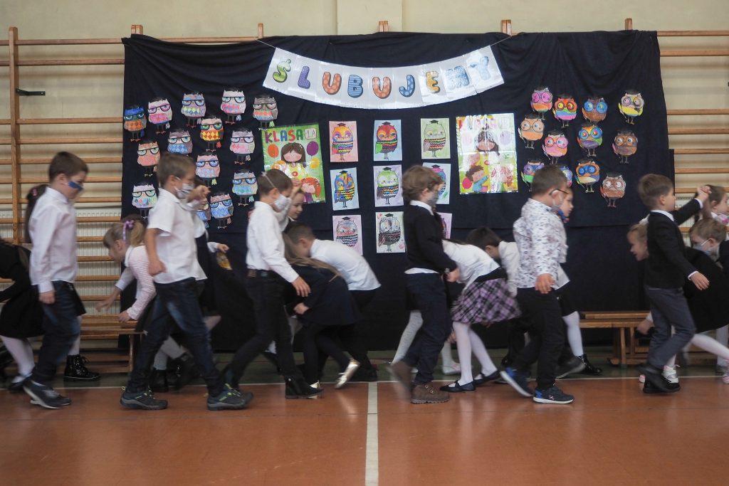 Zdjęcia przedstawiają uczniów tańczących poloneza.