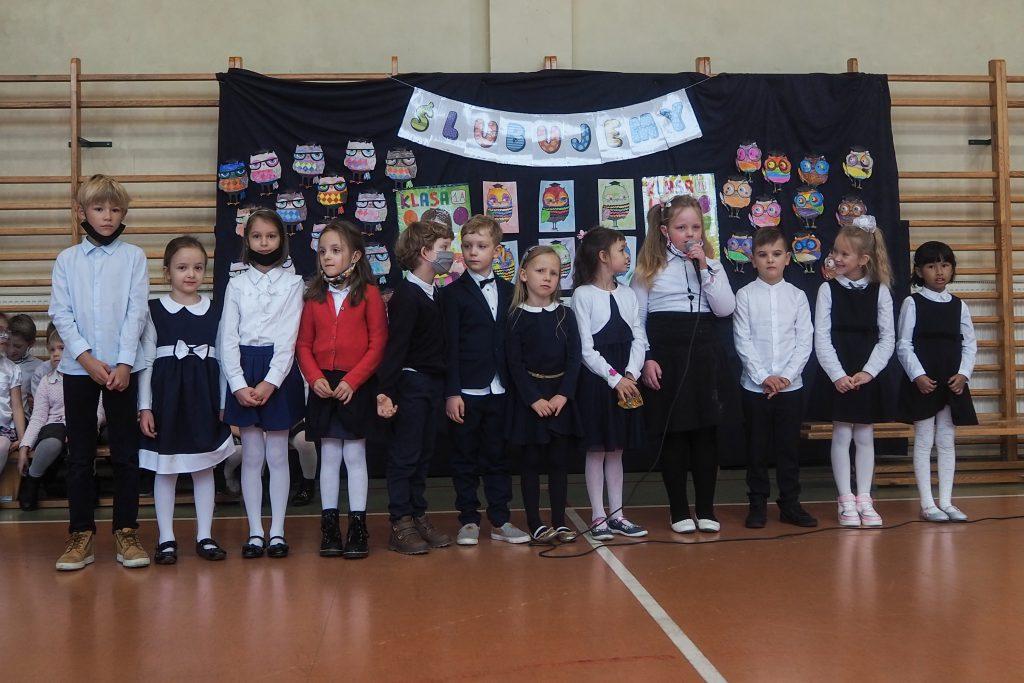 Zdjęcia przedstawiają uczniów śpiewających i grających na instrumentach.