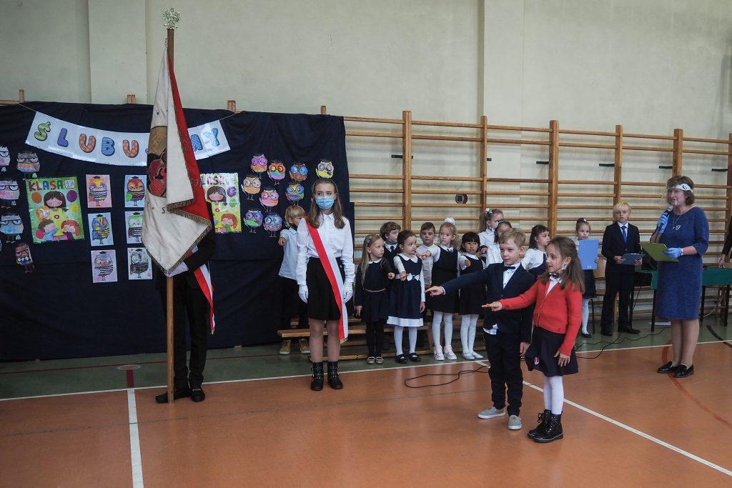 Uczniowie ślubujący na sztandar.