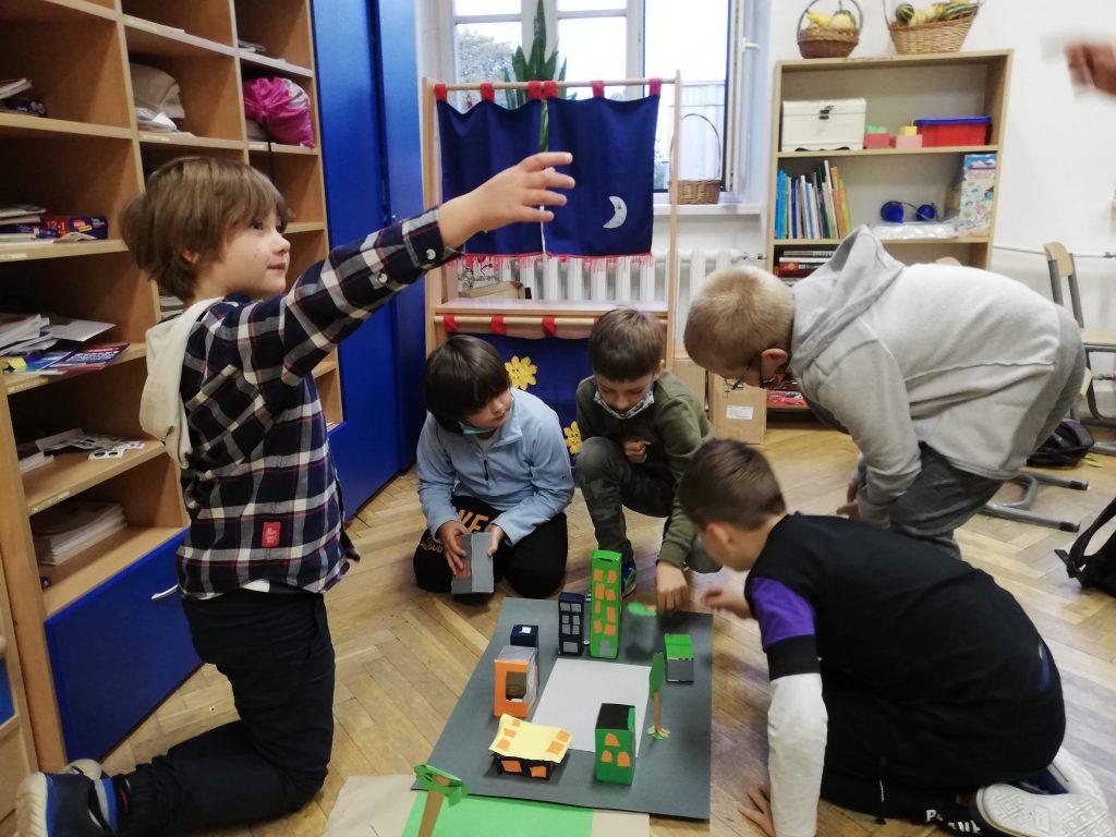 Uczniowie tworzący makietę.