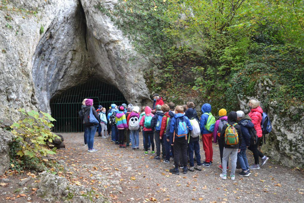 dzieci czekają przed wejściem do jaskini