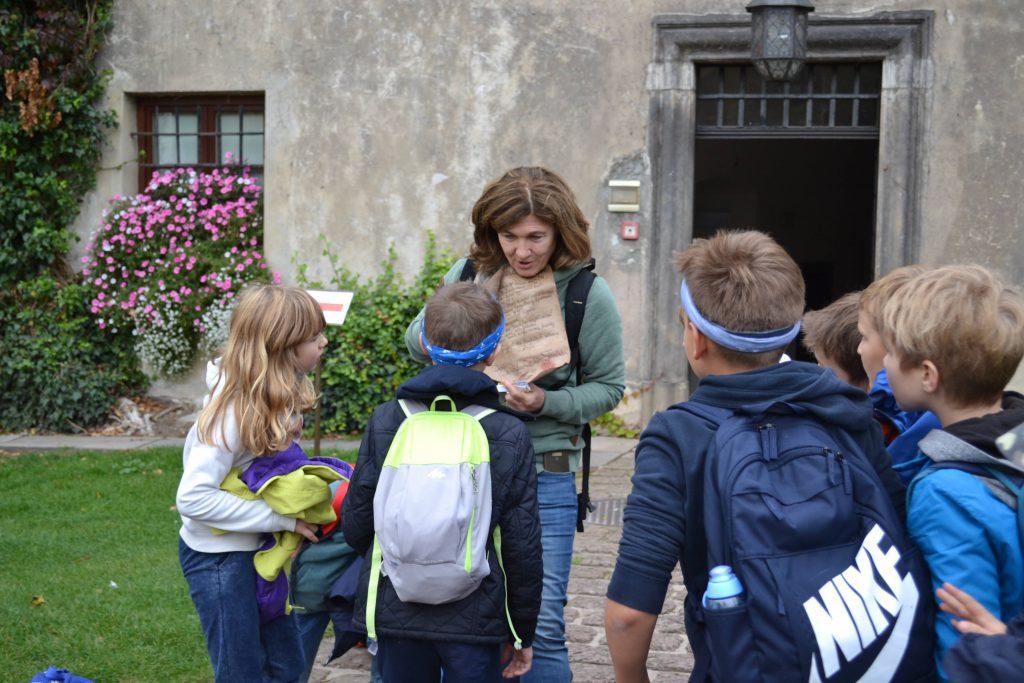 Przewodnik wycieczki p. Lucyna Nieć opowiada dzieciom.
