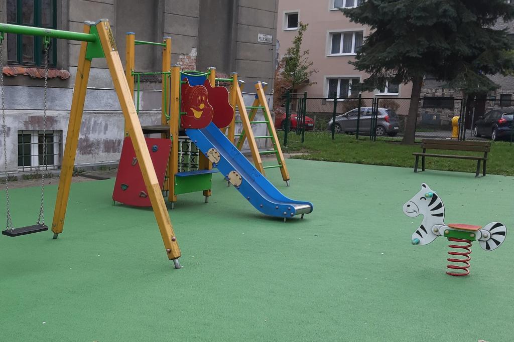 Zdjęcie przedstawia plac zabaw przy szkole