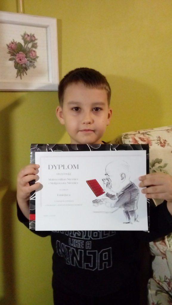 Na zdjęciach Maksio z dyplomem i nagrodami.