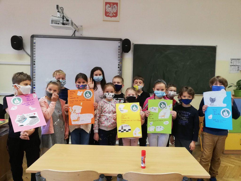 Na zdjęciu uczniowie z własnoręcznie przygotowanymi plakatami o zbiórce dla zwierząt.