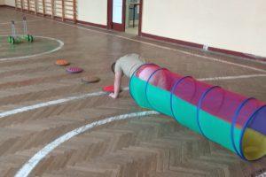 Zdjęcie przedstawia ćwiczące dziecko
