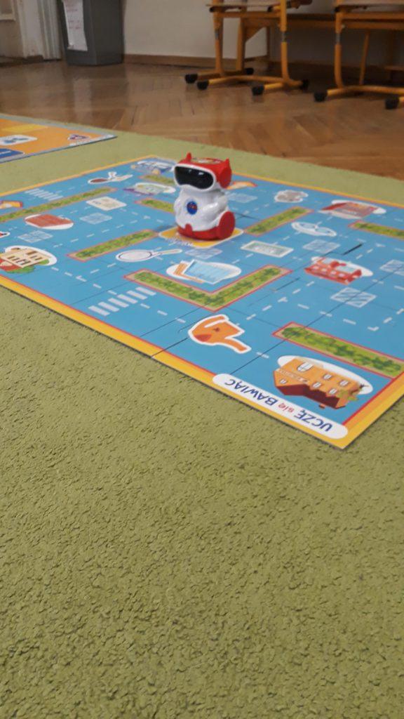 Nasi uczniowie uczą się programowania z udziałem robotów Wonder Dash oraz Doc..