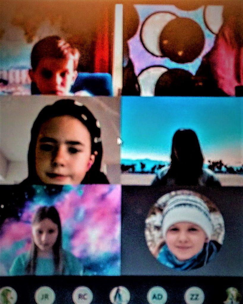 Zdjęcie przedstawia uczniów biorących udział w lekcji online.