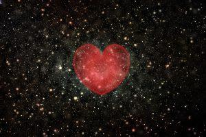 Widokkosmosu z czerwonym sercem na środku.
