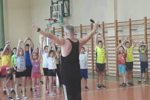 Zdjęcie przedstawia ćwiczących uczniów.