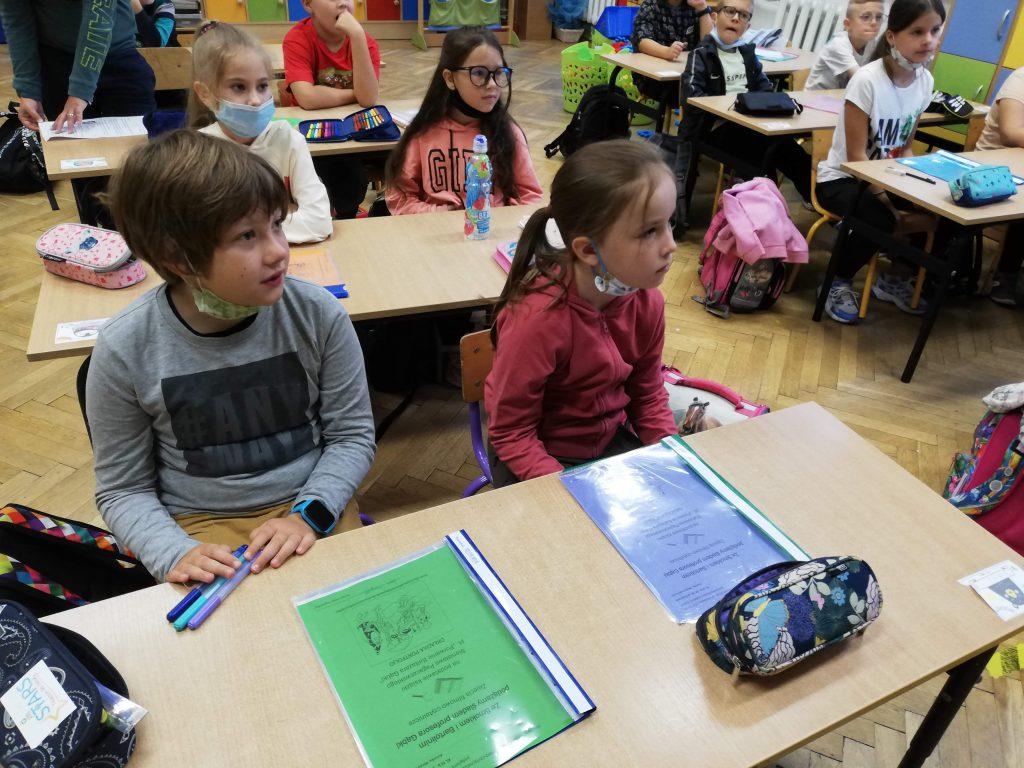 Na zdjęciach uczniowie i pani Mirela Rubin-Lorek w czasie zajęć.