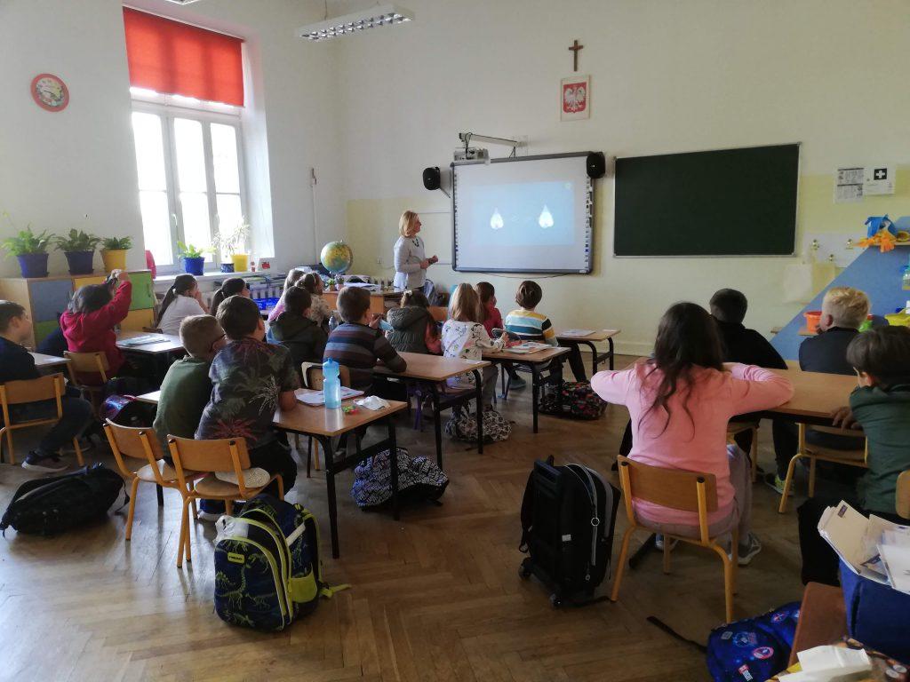 Na zdjęciach uczniowie klasy 3 b w czasie zajęć.