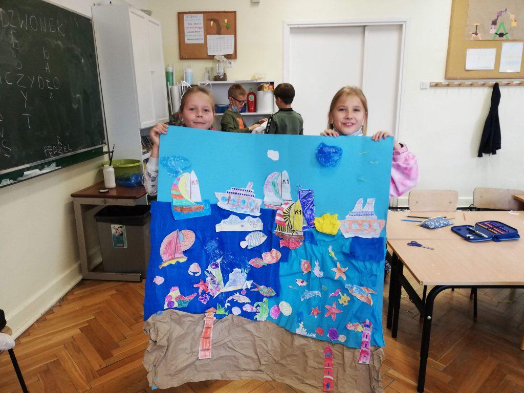 Uczniowie klasy 3 b w czasie wykonywania wspólnej pracy plastycznej.
